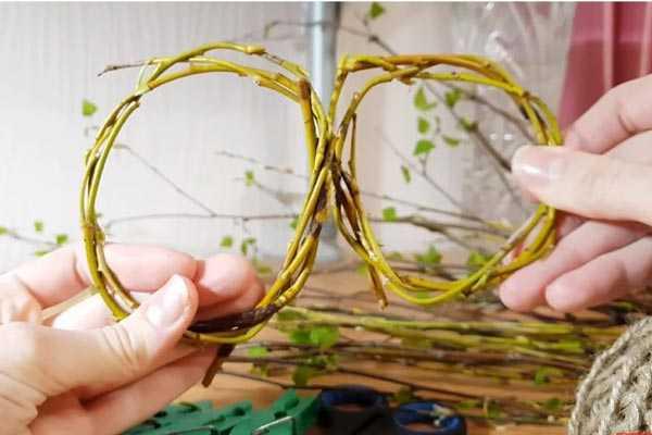 сплетенные кольца из веточек ивы